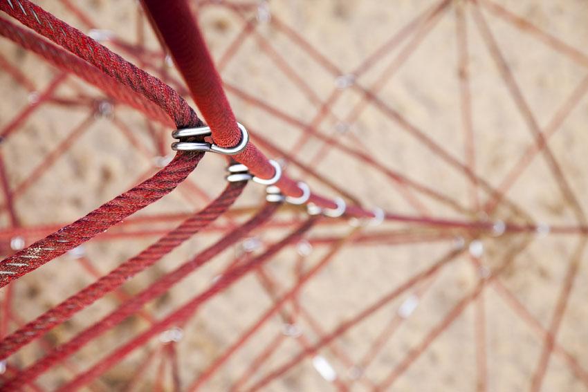 Detailansicht der Vernetzungen eines Klettergerüsts.
